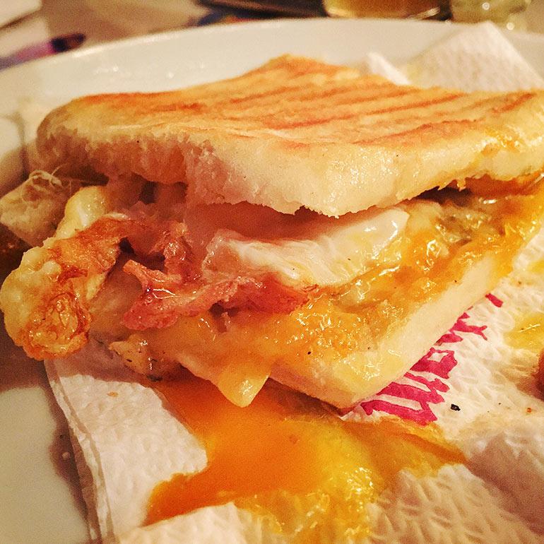 bocadillo de cuatro quesos con huevo del Dirham, uno de los mejores bocadillos zaragoza