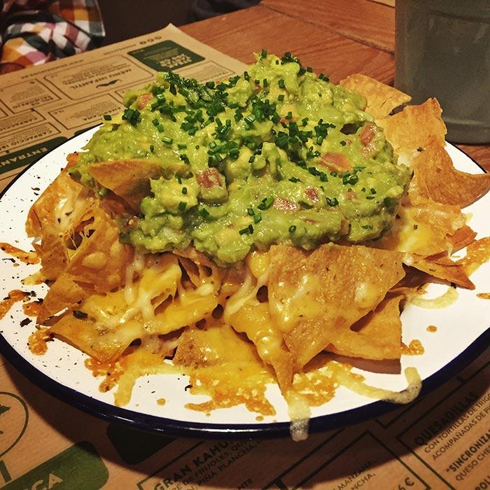 Nachos con guacamole y queso en JALOS