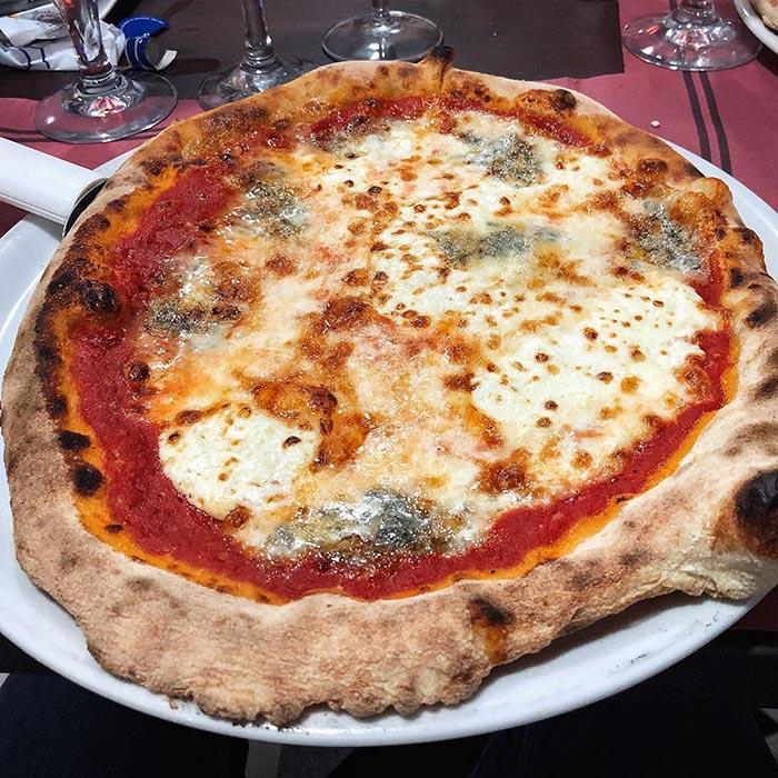 Pizza 4 formaggi en Casa Nostra Pizzería